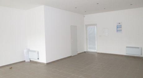 Na prenájom komerčný objekt s výkladom / obchod, kancelária /60 m2 + parkovanie, Krakovany pri hlavnej ceste