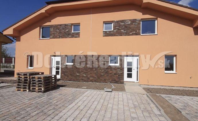 Novostavba - rodinný dom s krbom v obci Veľké Zálužie