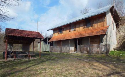 Dvojpodlažná chata na brehu rieky Hron