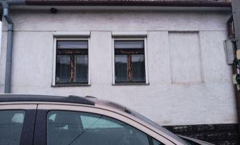 Romantický vidiecky dom v Sasinkove pri Hlohovci.