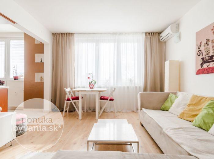 REZERVOVANÉ - SIBÍRSKA, 3-i byt, 69 m2 - KOMPLETNÁ REKONŠTRUKCIA, zariadený, klimatizácia, ELEKTRIČKA, 2 balkóny