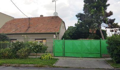 PREDANÉ: Na predaj stavebný pozemok 1178m2 so starším rodinným domom v Bratislave, m.č. Podunajské Biskupice