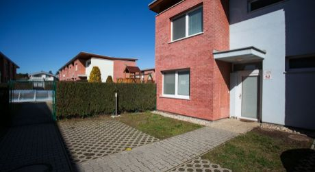 5 izbový rodinný dom v kondomíniu v radovej zástavbe na Orchideovej ulici v Bratislave.