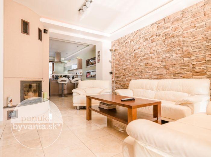 PREDANÉ - KULTÚRNA, 4-i dom, 276 m2 - POZEMOK 353 m2, podlahové kúrenie,KLIMATIZÁCIA, zariadený, DVOJGARÁŽ