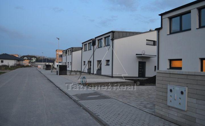 Posledný 5i RD v tichej ulici, v dvojdome, vo vyhotovení štandard, ideáne pre rodiny s deťmi, 132 m2 + terasa 20 m2, Tomášov, pozemok 338 m2