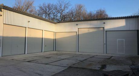 PRENÁJOM - skladový priestor s 2 veľkými garážovými bránami v Komárne - Harčáš