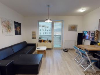 Na predaj 2-izbový byt s parkovacím miestom a s vlastným vykurovaním v Trenčíne, ulica Hroznová o výmere 49 m2.
