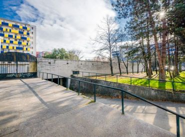 Garáž, 18m2 – BA II – Ružinov - Papraďová ul., SAMOSTATNÁ GARÁŽ v spoločnom garážovom komplexe s elektrinou.