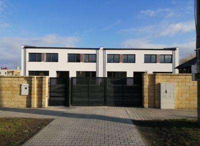 Výborné bývanie v 3-izbových rodinných domoch so samostatnými záhradami zhotovených na kľúč