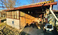 Záhradka s drevenou chatkou s krbom priamo v Michalovciach