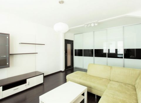 Na prenájom 2 izbový slnečný klimatizovaný byt s 2 loggiami