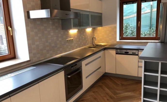 Veľký 2-izb. byt s prístupom do záhrady v rod.dome na Hradnom kopci – ul. Na stráni/ Spacious 1 bedroom apartment with access to garden on the Castle Hill st. Na strani
