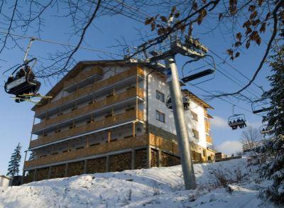 Ponúkame Vám na predaj apartmán v chate Čučoriedka priamo na zjazdovke. V krásnej lokalite Veľká rača