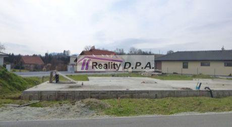 Stavebný pozemok Dražkovce+už postavená základová platňa+všetky IS