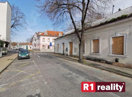 Starší rodinný dom v pôvodnom stave, zaujímavý pozemok výmery 425 m2, Piešťany-centrum