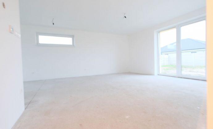 Krásny a mimoriadne priestranný 4-izbový bungalov v tichej modernej uličke, SENEC - Reca