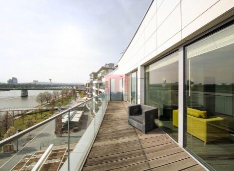 PRENAJATÝ - Na prenájom výnimočný 2 izbový byt s terasou s výhľadom na Dunaj v EUROVEA