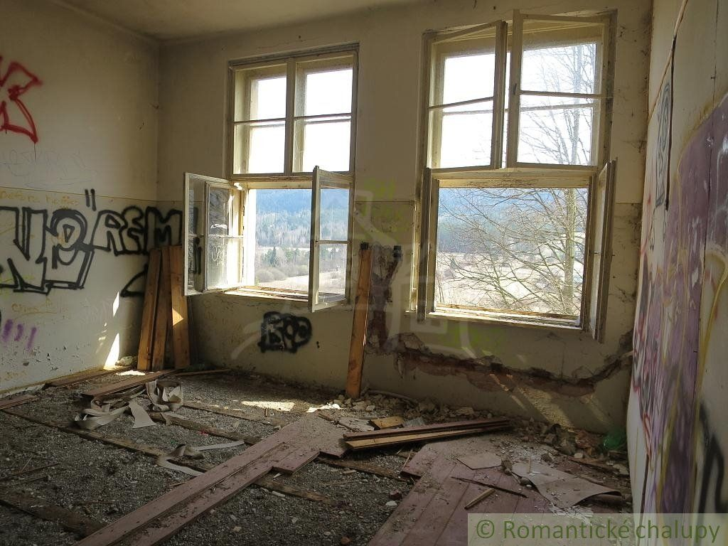 Budova obecnej školy vhodná na penzión v údolí Hnilca