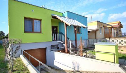 Samostatne stojaci 3 izbový dom s garážou (s možnosťou prerobenia na 4), v starej časti Kalinkova.