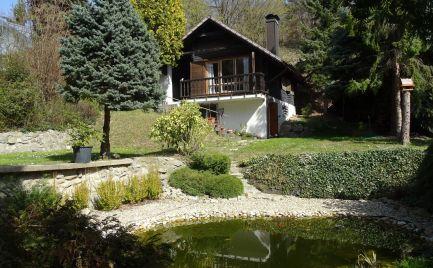 Ponúkame na Predaj EXKLUZÍVNY pozemok s celoročne obývateľnou chatou na okraji Rače, tesne pod Malými Karpatami s neopísateľnou atmosférou bzurčiaceho potoka pretekajúceho priamo cez pozemok, jazierko