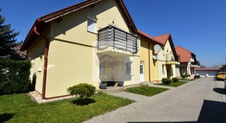 2,5 - izbový netradičný byt  68 m2 v centre obce s parkovacím miestom - Rajka