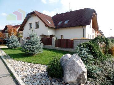 ** EXKLUZÍVNE ** NOVÁ CENA !!! Na predaj nadštandardný podpivničený rodinný dom o rozlohe 450 m2 s pozemkom 857 m2 - Nové Mesto n/V