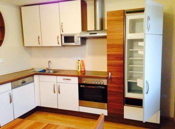 REZERVOVANÝ - Predaj čiastočne zariadeného 3 izbového bytu, 88,61 m2, loggia, bytový dom ,, PAEGAS