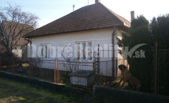 Tehlový dom s pekným pozemkom na predaj v obci Dubník.