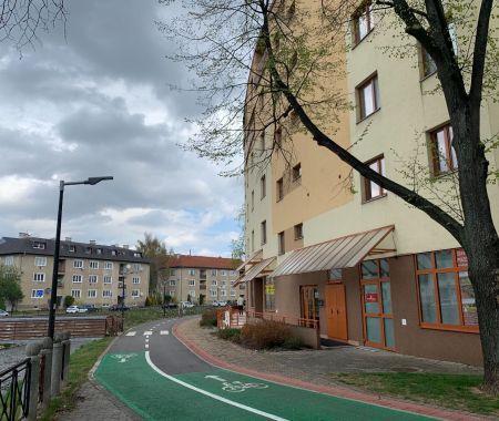 Obchodno-kancelársky priestor,  42 m2 s parkovacím miestom, centrum, Poprad