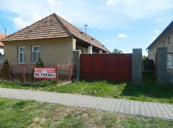 Exkluzívne predáme starší rodinný dom s veľkým pozemkom v obci Hájske