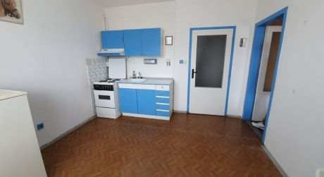 Ponúkame na predaj 1- izbový byt s loggiou v Štúrove.