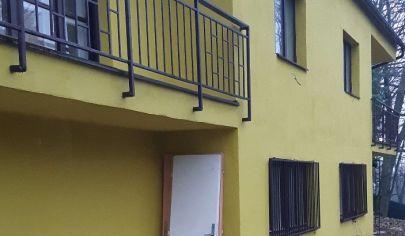 Dvoj dom vhodný na bývanie alebo na rekreačný objekt.
