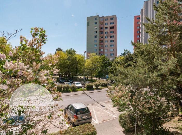 REZERVOVANÉ - ČIERNOVODSKÁ, 2-i byt, 50 m2 - BEZPROBLÉMOVÉ parkovanie, zeleň a POKOJ, zrekonštruovaný bytový dom