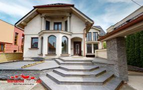 Ponúkame Vám na predaj novostavbu rodinný dom s úžitkovou výmerou cca 300 m2, garážou,prístreškom pre jedno osobné auto, pozemok 881 m2, Ladce.