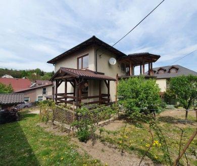 Exkluzívne u nás. Ponúkame na predaj krásny dvojgeneračný dom v Považskej Bystrici.