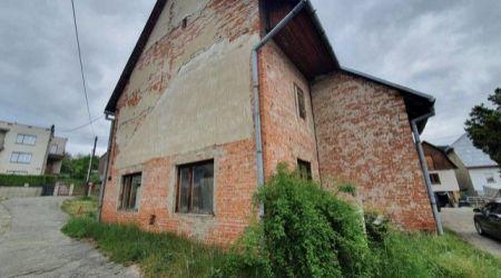 Ponúkame na predaj starý tehlový rodinný dom v Považskej Teplej.