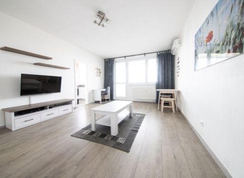 PREDANÝ - na predaj zrekonštruovaný 2 izbový byt na začiatku Petržalky