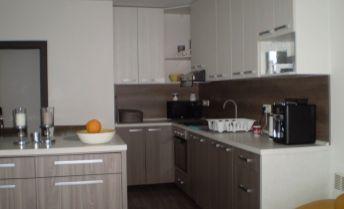 Na predaj zariadený 3 izbový rodinný dom, 4-ročná novostavba v obci Dolná Streda, terasa, krb, vírivka! Treba vidieť!!!