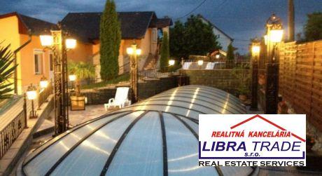 LUXUSNÁ VILA! PREDAJ - 4 izbová rodinná vila s terasou, bazénom, saunou, dvojgarážou v KOPPÁNYMONOSTORI