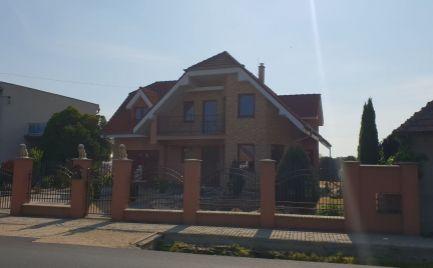 Ponúkame Vám na predaj rodinný dom v obci Dvory nad Žitavou.