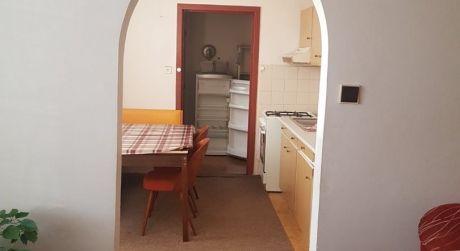 PREDAJ - 3 izbový byt v pôvodnom stave na Palatínovej ul. s loggiou, VII. sídlisko v Komárne
