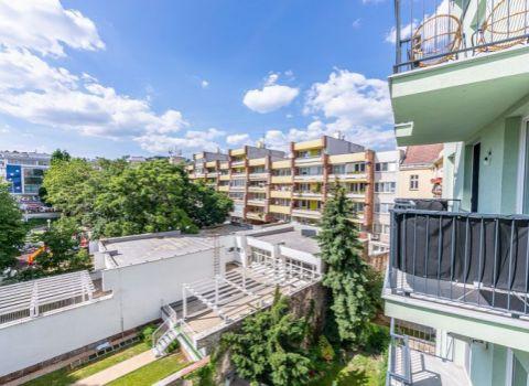 4-izbový tehlový byt v centre, 133 m², balkón, nadstavba historickej budovy, garáže v suteréne (Podjavorinskej ul.)