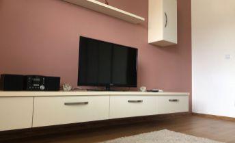 Ponúkame k predaju plne zariadený luxusne prerobený zariadený 3 izbový byt v Prievidzi
