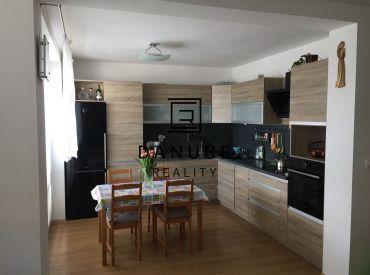 Predaj priestranný 3-izbový byt s parkovacím miestom v Pezinku na Dubovom vŕšku.