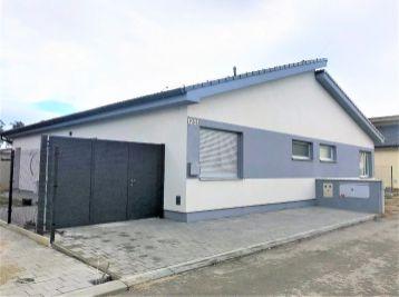 **NA PRENÁJOM: Zariadený jednopodlažný 3 - izbový rodinný dom s vlastnou ZÁHRADKOU!!