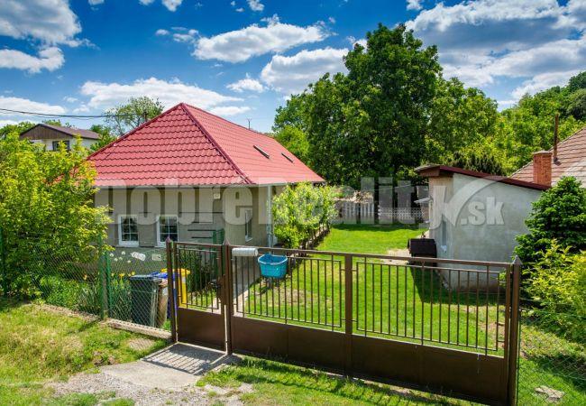 PREDANÉ: Malý dom s dvorom, záhradou, sadom, aj vinohradom, obec Veľký Lapáš, okres Nitra