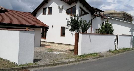 Znížená cena!  Ponúkame na predaj pekný rodinný dom v Lučenci