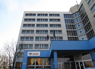 Administratívna budova na predaj na Hanulovej ulici v Dubravke UP-5 700 m2,  1000€/m2