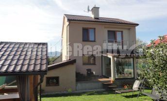 REZERVOVANÉ! PREDAJ - Kompletne zrekonštruovaný rodinný dom so slnečným pozemkom a bazénom v obci Nedožery-Brezany.