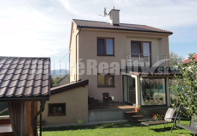 PREDANÉ! PREDAJ - Kompletne zrekonštruovaný rodinný dom so slnečným pozemkom a bazénom v obci Nedožery-Brezany.
